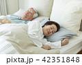 シニア 夫婦 睡眠の写真 42351848