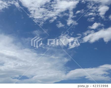 稲毛海岸の上青空と白い雲 42353998