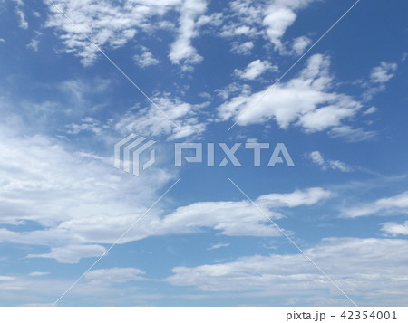 稲毛海岸の上青空と白い雲 42354001