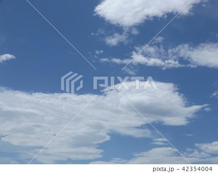 稲毛海岸の上青空と白い雲 42354004