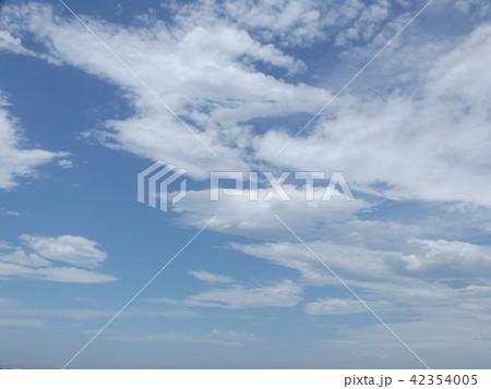 稲毛海岸の上青空と白い雲 42354005