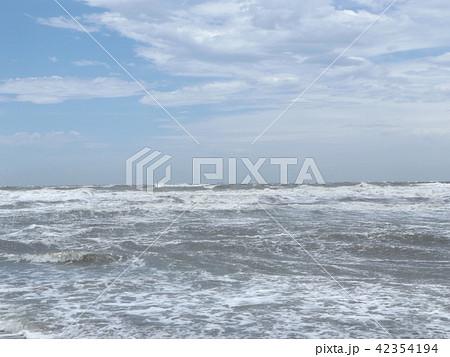 青い空と白い雲と稲毛海岸の白い波 42354194