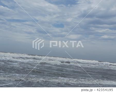 青い空と白い雲と稲毛海岸の白い波 42354195