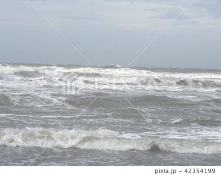 青い空と白い雲と稲毛海岸の白い波 42354199
