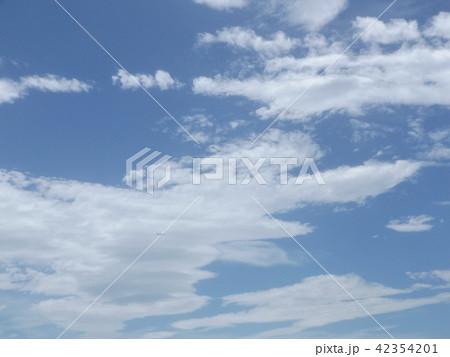 稲毛海岸の上青空と白い雲 42354201