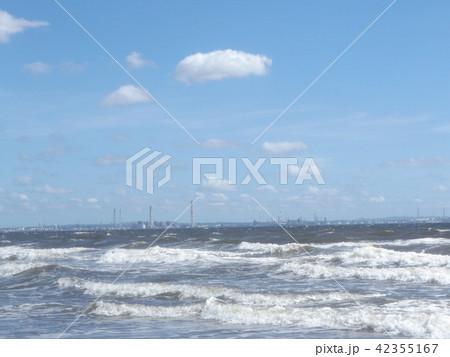 青空と白い雲と稲毛海岸の白い波 42355167