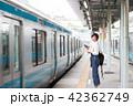 電車待ちイメージ シニア女性 プチ旅行 42362749