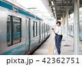電車待ちイメージ シニア女性 プチ旅行 42362751