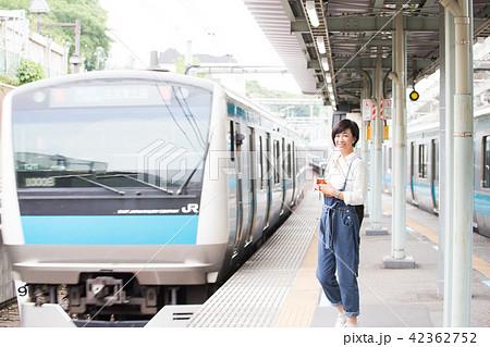 電車待ちイメージ シニア女性 プチ旅行 42362752