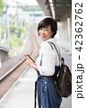 電車待ちイメージ シニア女性 プチ旅行 42362762