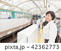 電車待ちイメージ シニア女性 プチ旅行 42362773