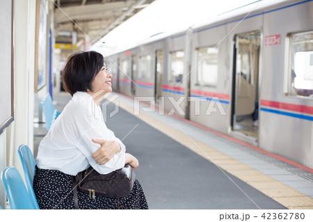 電車待ちイメージ シニア女性 プチ旅行 42362780