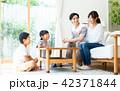 家族 人物 ソファの写真 42371844