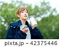 女性 屋外 散歩の写真 42375446