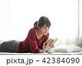 読書 女性  42384090