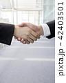 手 握手 ビジネスマンの写真 42403501