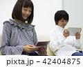 ゲームをする中学生 42404875