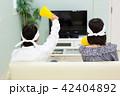 テレビを見て応援する中学生 42404892