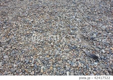 敷き詰められた小石と鳥の羽 Paddled stone and bird's feather 42417522