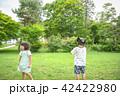 公園でドローンを飛ばす子供 42422980