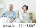 シニア 夫婦 寝起きの写真 42443607