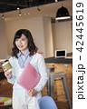 ビジネス ビジネスウーマン コーヒーの写真 42445619