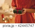 女性 手元 プレゼントの写真 42445747