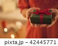 女性 手元 プレゼントの写真 42445771
