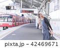 電車待ちイメージ シニア女性 プチ旅行 42469671