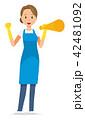 青いエプロンとゴム手袋を着用した女性がメガホンを持っている 42481092