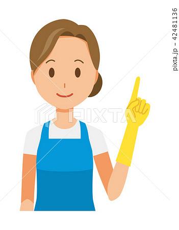 青いエプロンとゴム手袋を着用した女性が指差ししている 42481136