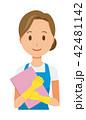青いエプロンとゴム手袋を着用した女性がファイルを持っている 42481142
