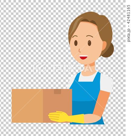 青いエプロンとゴム手袋を着用した女性が箱を持っている 42481165