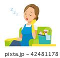青いエプロンとゴム手袋を着用した女性がソファーに座って居眠りをしている 42481178