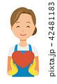 青いエプロンとゴム手袋を着用した女性がハートマークを持っている 42481183