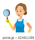青いエプロンとゴム手袋を着用した女性が虫眼鏡を持っている 42481188