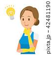 青いエプロンとゴム手袋を着用した女性がアイデアを思いついた 42481190