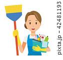 青いエプロンとゴム手袋を着用した女性が掃除道具を持っている 42481193