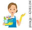 青いエプロンとゴム手袋を着用した女性が掃除道具を持って案内している 42481194