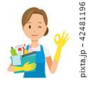 青いエプロンとゴム手袋を着用した女性が掃除道具を持ってオッケーマークを出している 42481196