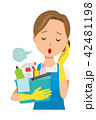 青いエプロンとゴム手袋を着用した女性が掃除道具を持ってため息をついている 42481198
