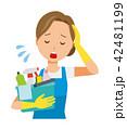 青いエプロンとゴム手袋を着用した女性が掃除道具を持って疲れている 42481199