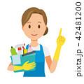 青いエプロンとゴム手袋を着用した女性が掃除道具を持って指差ししている 42481200