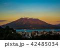 夕陽に染まる赤桜島 42485034