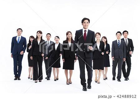 ビジネス 白バック 大人数 ビジネスマン 男性 42488912