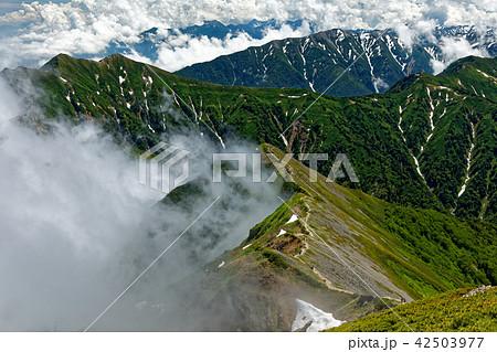 鹿島槍ヶ岳山頂から見る雲湧く布引山稜線 42503977