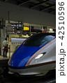 東京駅ホームの新幹線かがやきと車掌さん 42510596