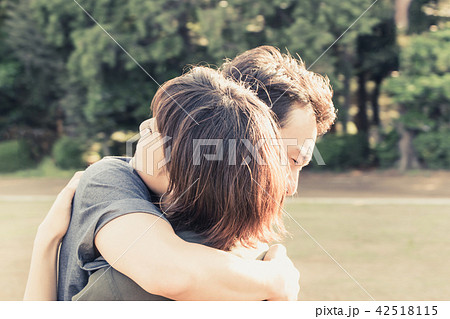 熱い抱擁(カップル・愛情表現・スキンシップ) 42518115