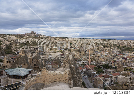 トルコ カッパドキア ギョレメの街並みと遠くに見えるウチヒサール 42518884
