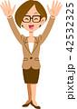 両手を上げて喜ぶビジネスウーマン 42532325